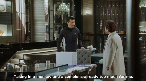 Woo Hwi Chul trông cứ như là bảo mẫu giữ trẻ từ Zombie đến bạch tuộc