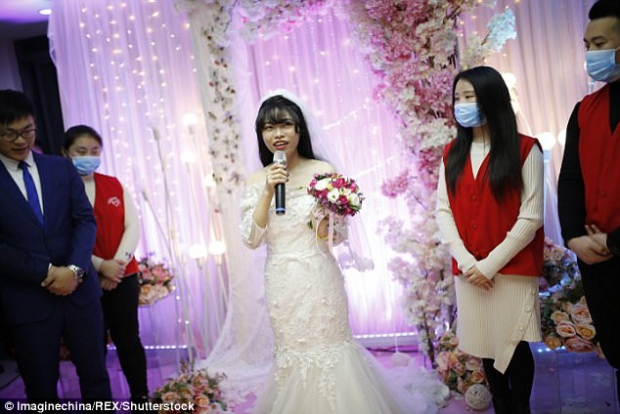 Yang cảm động trước tình cảm của mọi người dành cho cô trong đám cưới không chú rể. Ảnh: REX