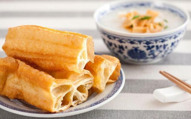 Món ăn này ở Trung Quốc rất rẻ, hai tệ (khoảng 8.000 đồng) có thể mua được năm ba cái dài ngoằng, đủ cho một bữa sáng đơn giản và ngon miệng.