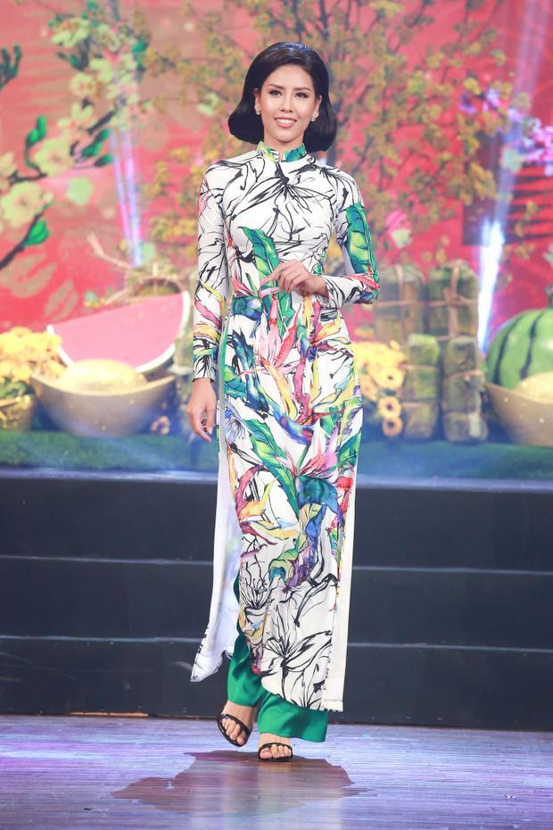 Á hậu Nguyễn Thị Loan cũng góp mặt trong show diễn lần này.Đây cũng là lần hiếm hoi các người đẹp cùng xuất hiện trong một chương trình thời trang, tạo điểm nhấn thú vị cho chương trình.