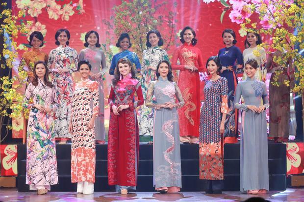 Các người đẹp Việt cùng nhau trình diễn áo dài trên sân khấu. Sự kiện còn hội tụ các người đẹp khác như Hoa hậu Diễm Hương, Lan Khuê…