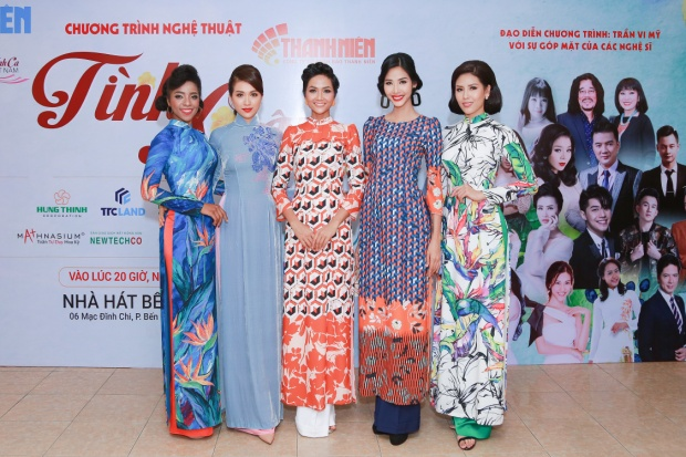 H'Hen Niê nổi bật giữa dàn người đẹp với tà áo dài tông màu cam ôm trọn vóc dáng nóng bỏng.