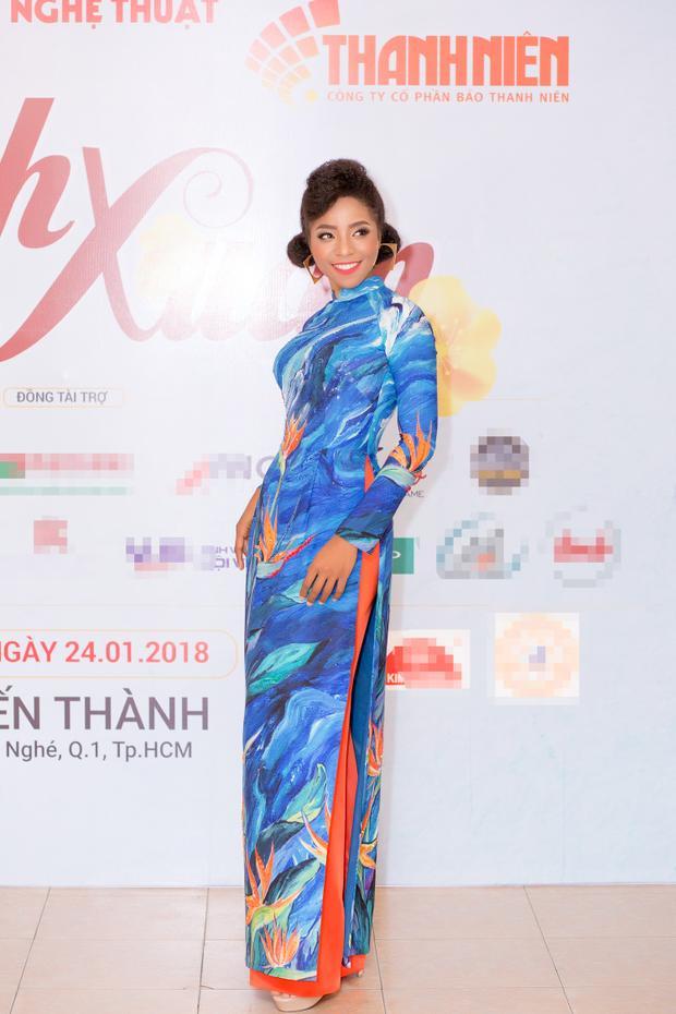 Cẩm Tiên được NTK tin tưởng giao trình diễn hai thiết kế áo truyền thống với tông màu nổi bật.