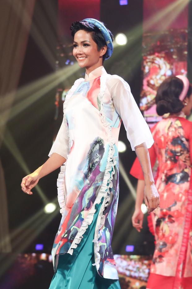 """Sự xuất hiện củatân Hoa hậu Hoàn vũ Việt Nam 2017 H'Hen Niêkhiến chương trình trở nên ấn tượng hơn bởi đây là lần đầu tiên cô """"tái xuất"""" với sàn diễn thời trang kể từ khi đăng quang."""
