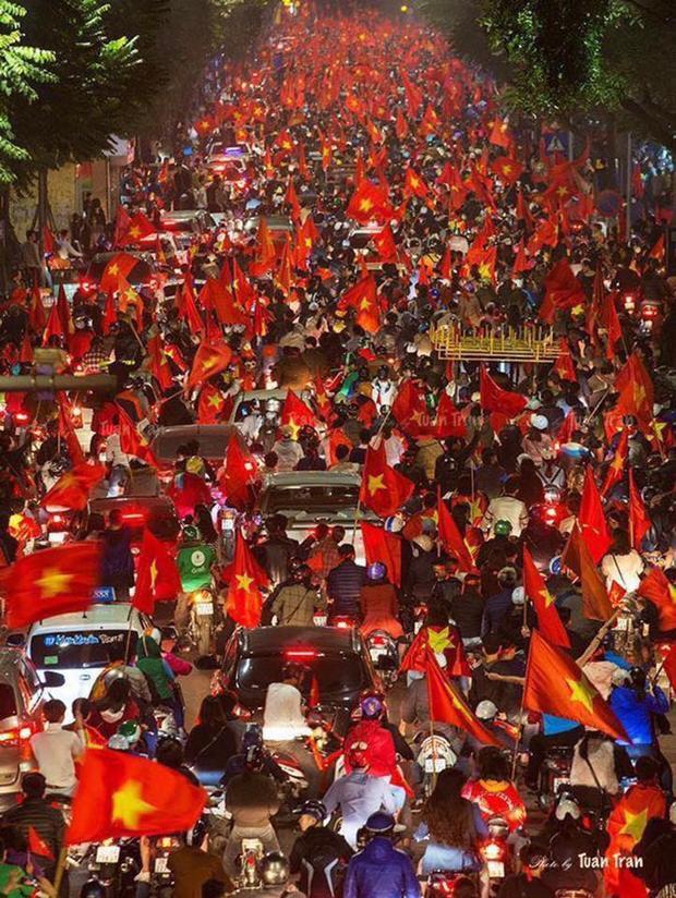 Khung cảnh đường phố khi U23 Việt Nam giành tấm vé vào chung kết.