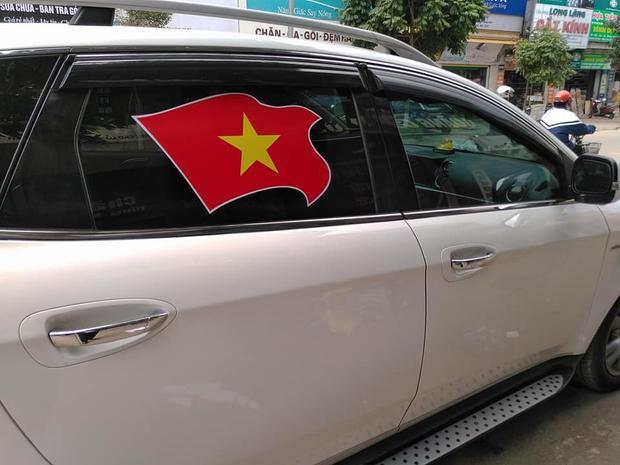 Cờ đỏ sao vàng được dán trên kính xe.