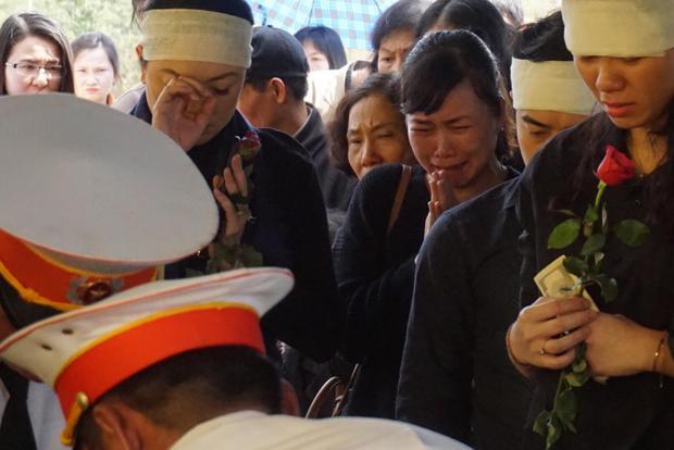 Cô Văn Thùy Dương cùng con cháu đau đớn tiễn biệt người cha - người thầy kính yêu. Thầy Văn Như Cương sinh thời luôn là tấm gương sáng cho con cháu và các thế hệ học trò trường Lương Thế Vinh noi theo.