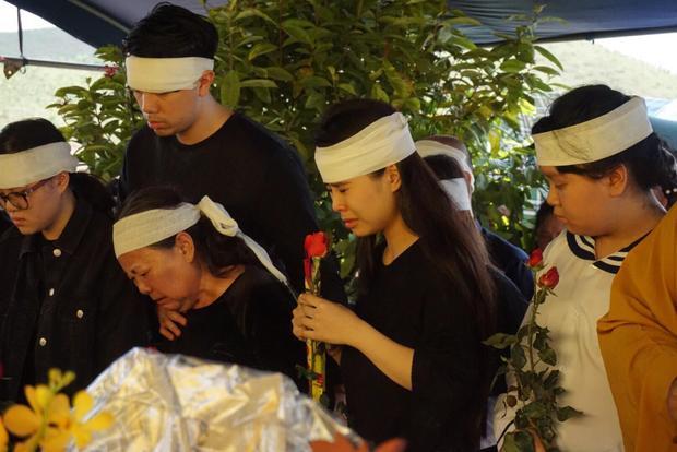 Bà Oanh theo dõi phần mộ của chồng rồi khóc ngất.