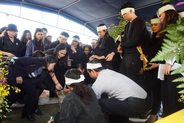 Trong giây phút tiễn biệt thầy Văn Như Cương nhiều người thân vô cùng đau xót, bật khóc.