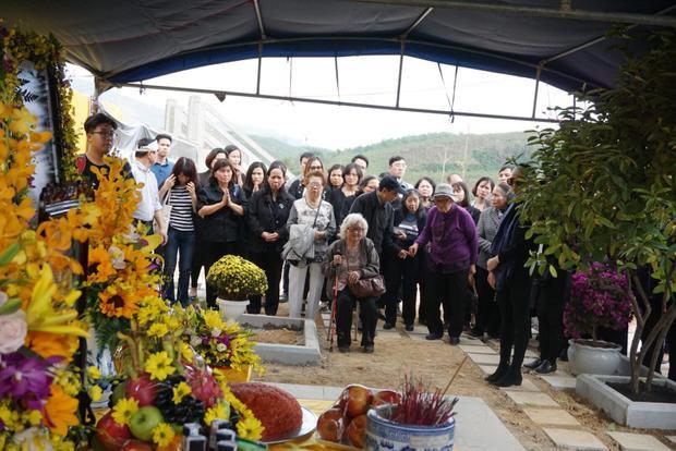 Ngày 25/1, hàng trăm người gồm gia đình, người thân, học trò đã về Công viên nghĩa trang tâm linh Lạc Hồng Viên, huyện Lương Sơn, tỉnh Hòa Bình đưa tro cốt thầy Văn Như Cương về đây an nghỉ.