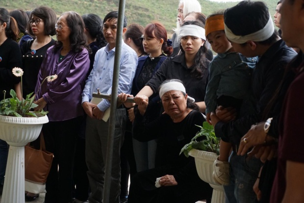 Cô Oanh nắm chặt tay vào cột, dõi theo dòng người đến đưa tiễn thầy Văn Như Cương. Thầy Cương mất rạng sáng ngày 9/10/2017. Sau đó, ngày 12/10, gia đình tổ chức lễ tang cho thầy tại Nhà tang lễ Bộ Quốc phòng rồi hỏa táng tại Nghĩa trang Văn Điển (Thanh Trì, Hà Nội).