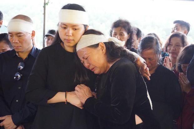 Bà Oanh khóc dựa vào vai con cháu. Với bà sự ra đi của thầy Cương là nỗi đau, mất mát quá lớn.