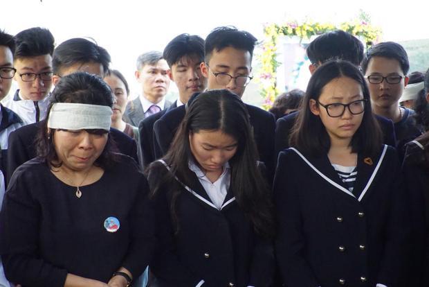 """Học trò cùng hát vang lời bài hát """"Bài học đầu tiên"""" rồi bật khóc."""