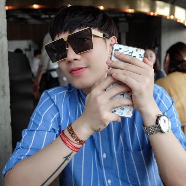 """Mẫu kính này cũng nhanh chóng """"hớp hồn"""" cánh nam giới, đơn cử như stylist Lê Minh Ngọc."""