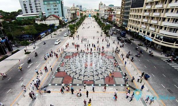 10 màn hình đèn LED cỡ lướn sẽ được bố trí suốt dọc phố đi bộ Nguyễn Huệ (Sài Gòn).