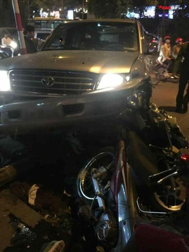 Hiếu đã lái xe ô tô tông vào 1 người đi bộ, cùng 5 phương tiện khác chở 8 người.