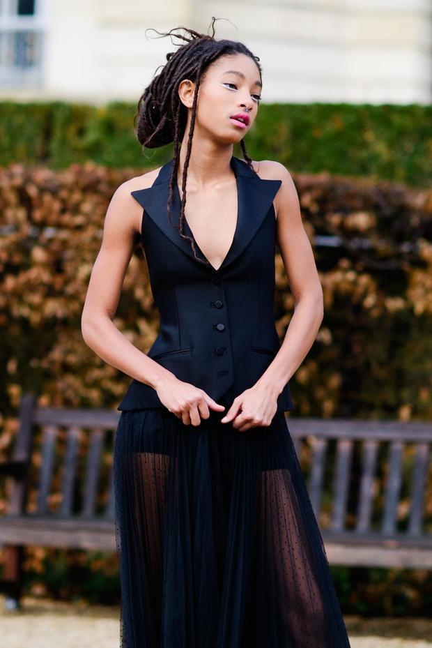 """Willow Smith với vẻ ngoài mang chất """"tuxedo"""" với phần váy trong suốt và thẳng đứng."""