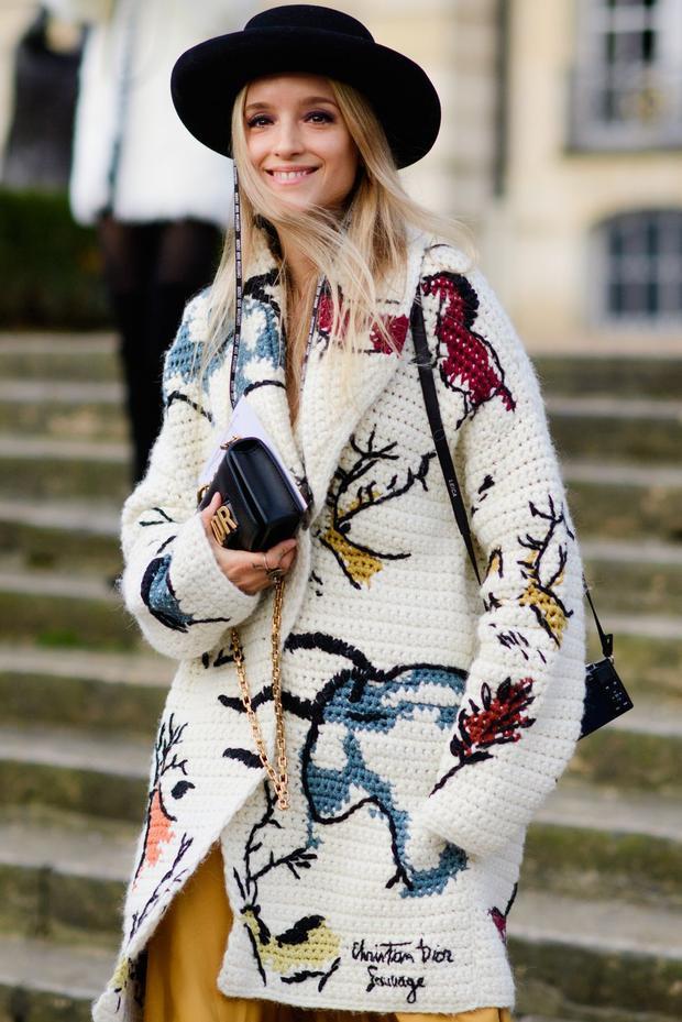 Áo len với họa tiết con hươu giúp người mẫu trông giản dị nhưng vẫn sang trọng.