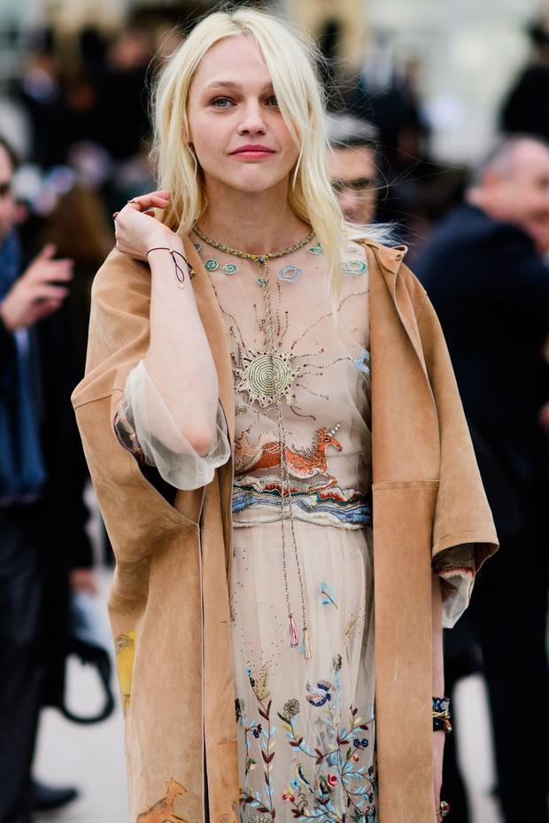 Sự kết hợp giữa đầm xuyên thấu và áo khoác da đã làm tổng thể thêm nổi bật.