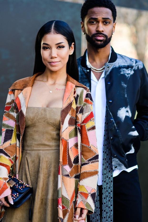 Jhené Aiko - cô ca sĩ người Mỹ trong trang phục đầm màu da bò và áo khoát ngoài tạo nên sự sang trọng.