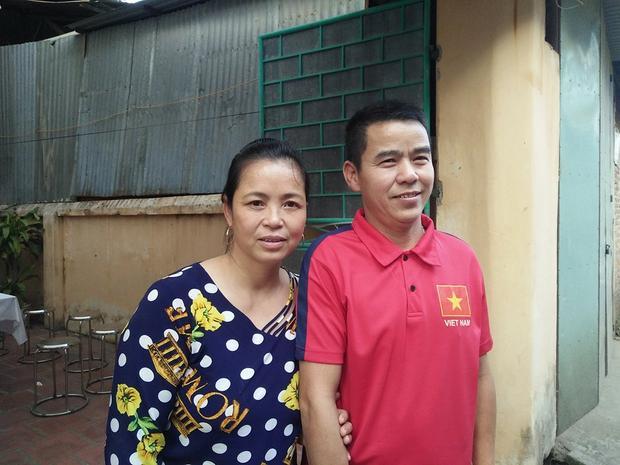 Vợ chồng bà Lan hạnh phúc mong con và đồng đội thi đấu tốt trong trận chung kết.