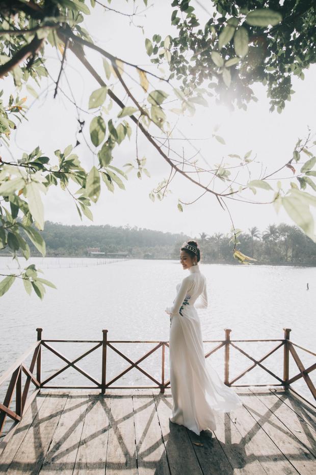 Hình ảnh người con gái Việt trong tà áo dài trắng giữa khung cảnh quê hương, đất nước rất đỗi nên thơ.