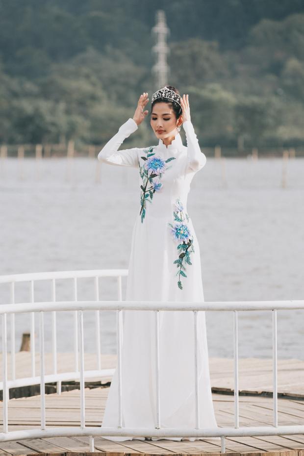 Tà áo dài trắng được đính kết hoa tinh tế đem lại nét dịu dàng, đằm thắm cho người đẹp sinh năm 1992.