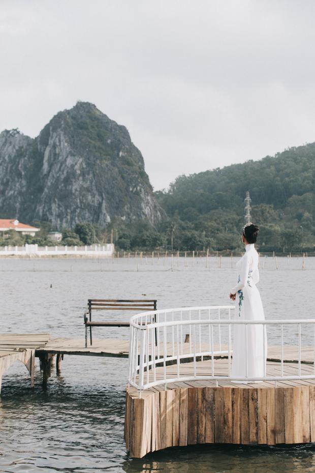 Tà áo dài trắng cùng khung cảnh thiên nhiên hùng vĩ tạo nên 1 khung cảnh rất dỗi nên thơ.