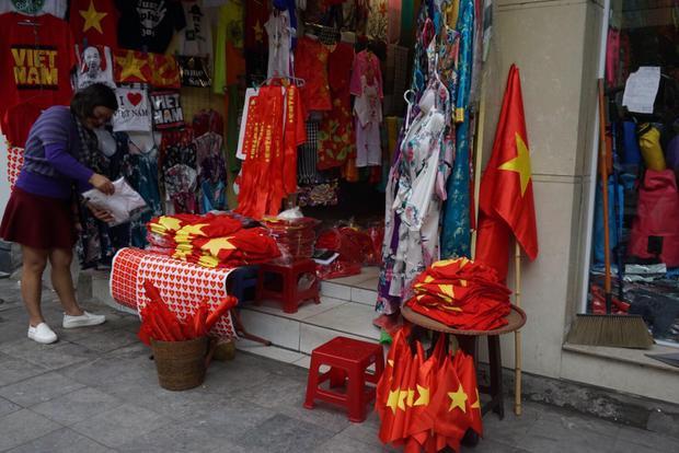 Nhiều cửa hàng tại khu vực phố Hàng Bông, quận Hoàn Kiếm, Hà Nội bày bán nhiều áo, cờ Tổ quốc, cờ, băng rôn cho người hâm mộ.