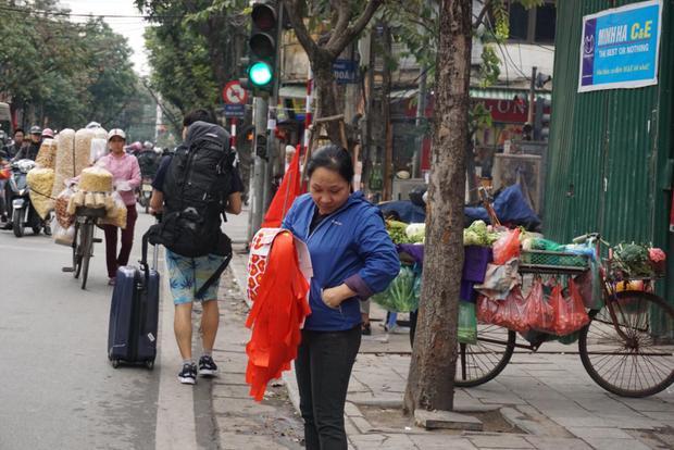 Theo người phụ nữ này thì hôm qua chị lấy 80 lá cờ tổ quốc lớn bán với giá 100.000 đồng/chiếc. Tuy nhiên, bán cháy hàng sau không có hàng lấy bán cho khách. Tại cơ sở làm không kịp cung cấp để bán.
