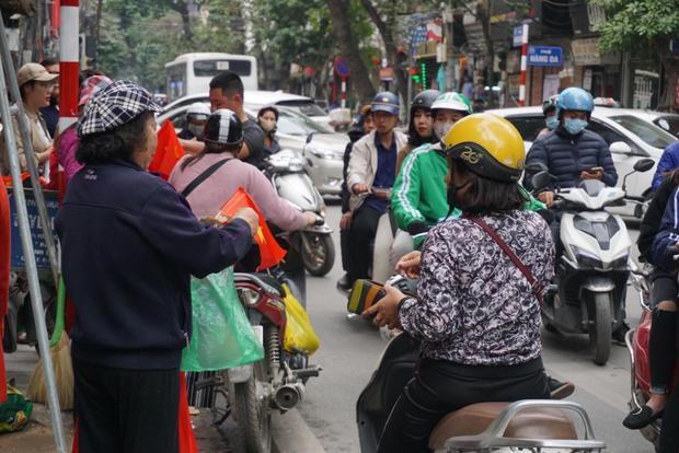 Cảnh người mua bán tấp nập dọc phố cổ Hà Nội.