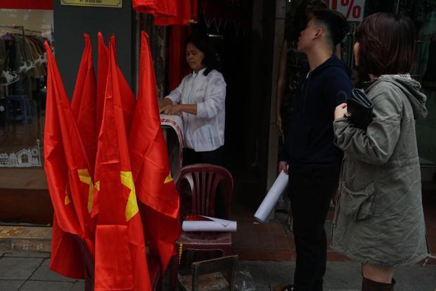 Nhiều người cũng lựa tìm cho mình lá cờ Tổ quốc lớn để sẵn sàng dạo phố vào ngày mai, cổ vũ tinh thần cho các cầu thủ U23 Việt Nam.