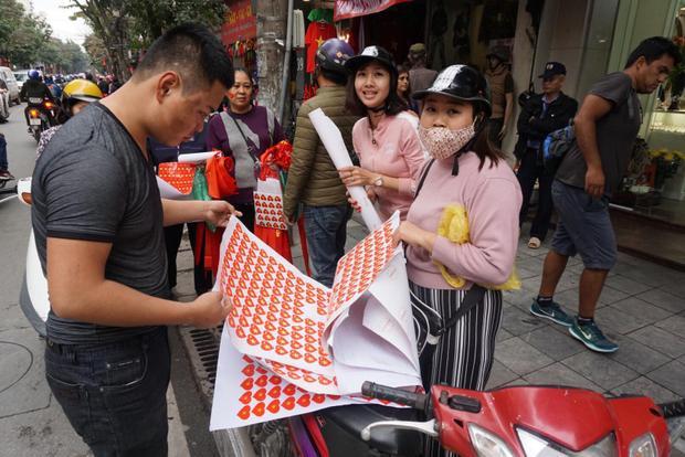 Cờ Tổ quốc, băng rôn 'cháy hàng', làm không kịp bán trước trận chung kết của U23 Việt Nam