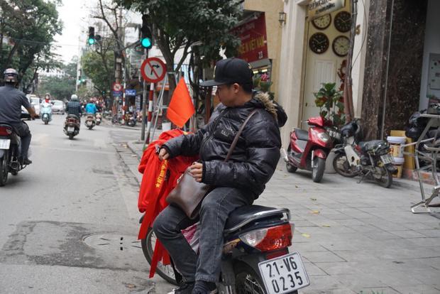 Đây cũng là dịp để nhiều người ở các nơi đến phố Hàng Bông bày bán áo, cờ.