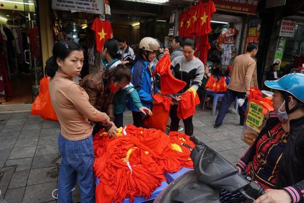 Một điểm chuyên bán áo in hình lá cờ đỏ sao vàng được đông đảo người dân tìm đến mua.