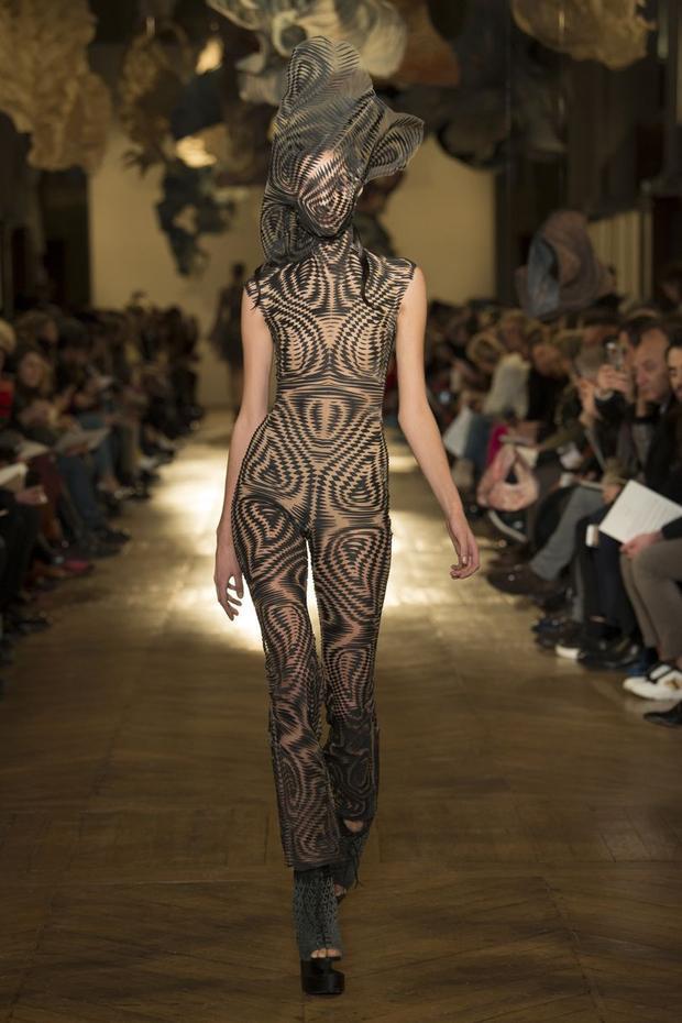 Bộ jumpsuit ấn tượng được tăng thêm sự nổi bật khi phối với phụ kiện che mặt lạ mắt.
