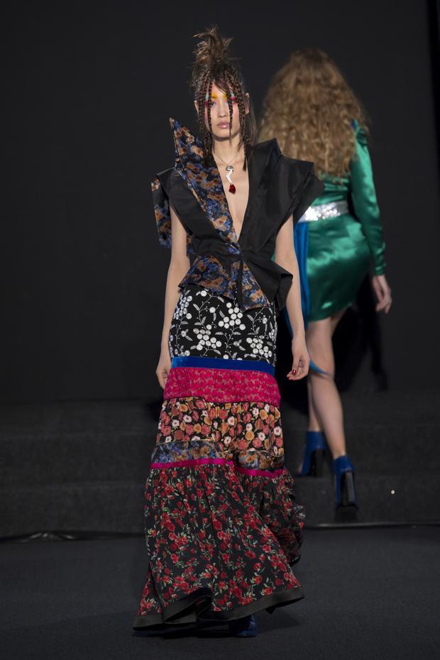 Ronald Van Der Kemp là một thương hiệu trung thành với phong cách bohemian, trong tuần lễ thời trang cao cấp xuân, hè năm nay, nhà mốt gửi đến giới mộ điệu những thiết kế cắt xẻ, phối hoa lạ mắt.