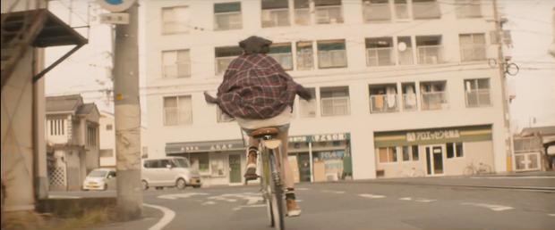 Cô đạp xe hết tốc lực để tìm thầy.