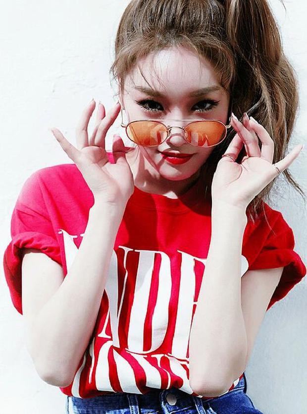 Kim Chungha cũng đã có 1 năm hoạt động sôi nổi với 2 single: Week và Why Don't You Know.