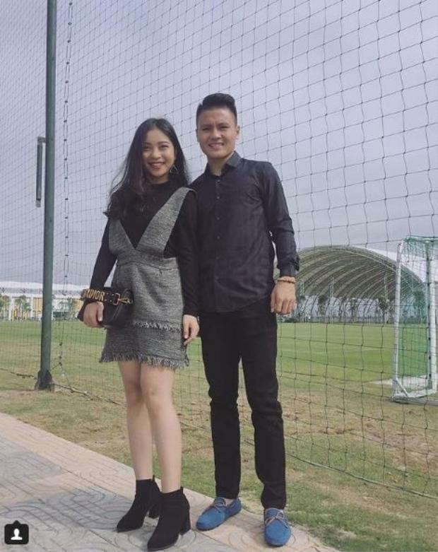 """Quang Hải là một trong những cầu thủ của đội tuyển U23 Việt Nam được xướng tên nhiều sau đêm 23/01. Tuy chưa lập gia đình nhưng cầu thủ gốc Hà Nội đã là """"hoa có chủ"""". Thậm chí, hai người đã thuộc về nhau rất lâu rồi!"""