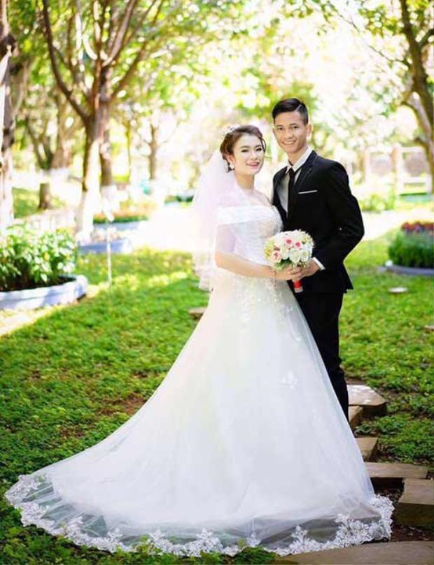 Trong số dàn cầu thủ của đội tuyển U23 Việt Nam, A Hoàng là một trong những người lập gia đình sớm nhất. Anh chàng sinh năm 1995 kết hôn hồi tháng 3/2017. Đặc biệt, bà xã của A Hoàng - Đinh Giang Hiền là cháu nội anh hùng Núp nức danh của Tây Nguyên.