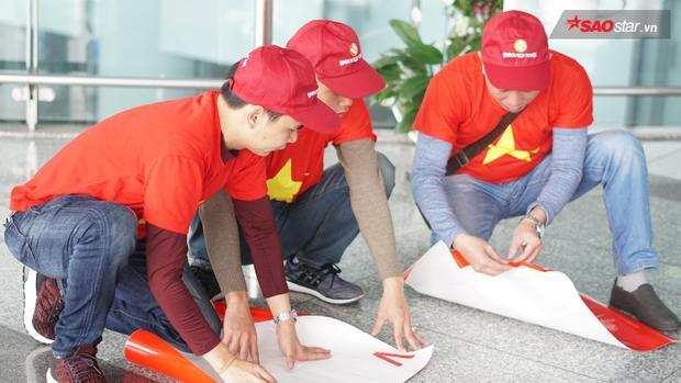 Công tác chuẩn bị đã được các CĐV hoàn thành ngay tại sân bay.