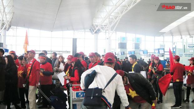 Cả sân bay đỏ rực màu cờ.