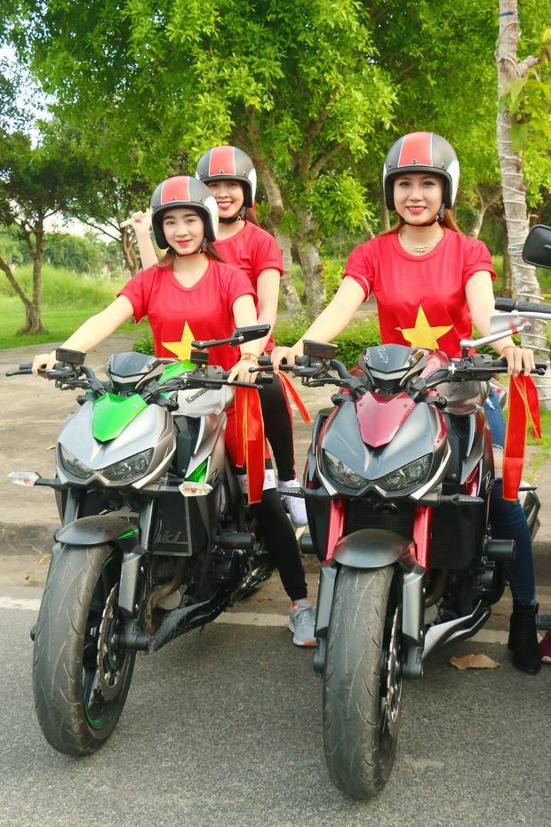 Kim Nguyên (trái) - cô gái từng gây xôn xao với chiếc xe mô tô khủng cũng tham gia cổ vũ cho U23 Việt Nam. Kim Nguyên có giấc mơ muốn mọi người có cái nhìn khác hơn về dân chơi xe, lành mạnh và đam mê chứ không phải gây chú ý và ảnh hưởng mọi người xung quanh.