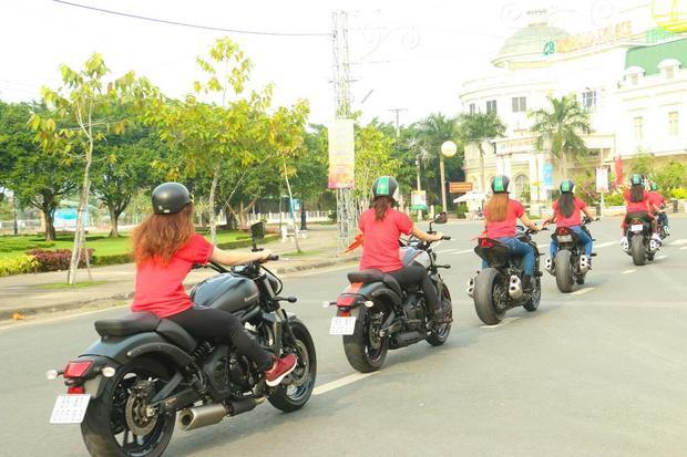 Dàn chân dài trong hội chơi xe mô tô ở Cần Thơ đi tiếp lửa cho U23 Việt Nam.