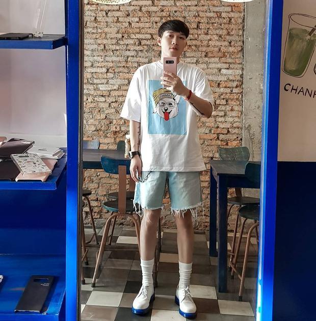 Stylist Lê Minh Ngọc lại cực kỳ trẻ trung với áo phông và quần short rách lai. Cách phối màu từ áo và giày thú vị của anh cũng là một chi tiết khiến giới mộ điệu thích thú.