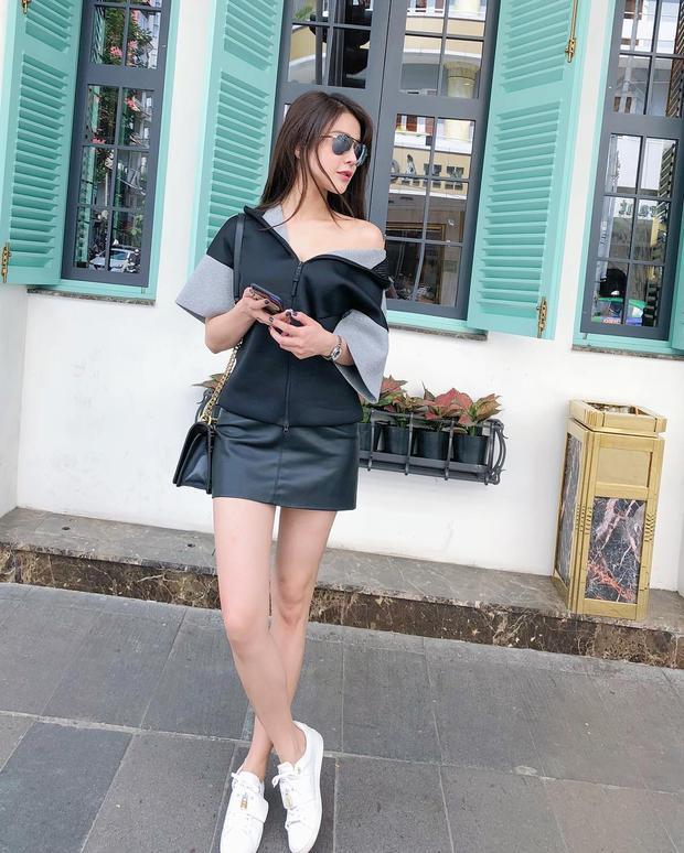 Diệp Lâm Anh xuống phố với set đồ gồm áo lệch vai phối cùng chân váy da ôm tông màu trung tính. Đôi giày thể thao trắng là điểm nhấn nổi bật nhưng cực kì trẻ trung của người đẹp trong outfit này.