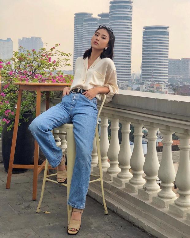 """Quả xứng với danh xưng fashionista của giới trẻ, Quỳnh Anh Shyn tiếp tục khiến giới mộ điệu """"say lòng"""" với set đồ gồm áo sơ mi lụa cùng quần jeans xanh. Đôi giày vàng da bò cũng góp phần khiến outfit vừa mang nét retro, vừa hiện đại."""
