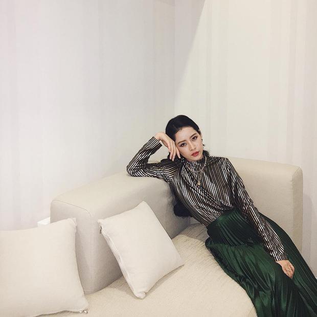 Giọng hát có thể tạo ra nhiều ý kiến đa chiều nhưng gu ăn mặc cực chất của Chi Pu thì không thể bàn cãi. Cô nàng lựa chọn set đồ gồm áo và chân váy dài dập li vô cùng xu hướng, gam màu bạc, xanh rêu cũng giúp bộ cánh thêm phần thời thượng.