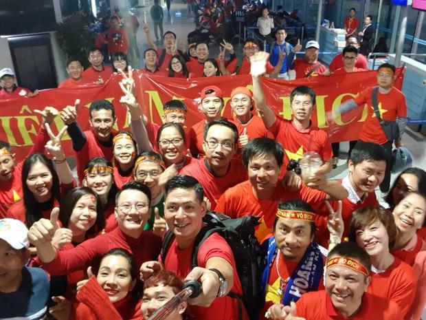 Sân bay Tân Sơn Nhất phủ kín một màu đỏ đến từ CĐV Việt Nam.